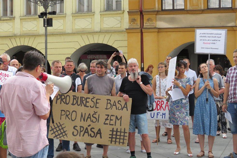 Demonstrace za nezávislou justici a proti vládě na náměstí Svobody ve Frýdku-Místku v úterý 11. června.
