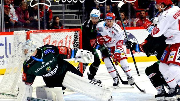Oceláři (v bílém) absolvovali před Ligou mistrů generálku v ligovém kole proti Karlovým Varům.