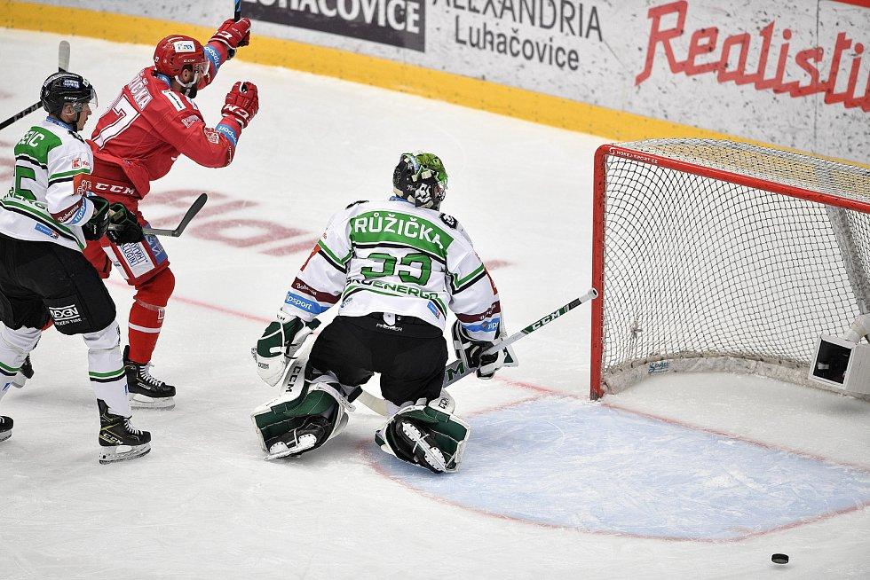 Semifinále play off hokejové Tipsport extraligy - 5. zápas: HC Oceláři Třinec - BK Mladá Boleslav, 11. dubna 2021 v Třinci. (Zleva) Martin Růžička z Třince dává gól brankář Mladé Boleslavi Jan Růžička.