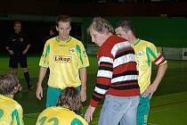 Sportovní manažér třineckého Likopu Josef Cieslar starší (v pruhovaném svetru) udílí rady svým svěřencům.