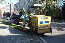 Opravy  frýdecko-místeckých silnic pokračují za plného provozu. Magistrát řidiče nechce příliš omezovat a chce být v opravách rychlý.