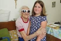 Vlasta Rašková se i ve sto letech zajímá o okolní dění. V posledních týdnech ji ale trápí oční problémy. Na snímku je se svou pravnučkou Toničkou.