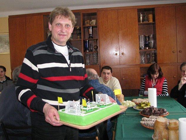 "Šéf FC Kozlovice Jaroslav Herot dostal 19. března stylový  ""fotbalový"" dort."
