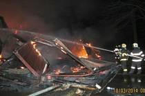 Zásah hasičů u požáru unimobuněk.