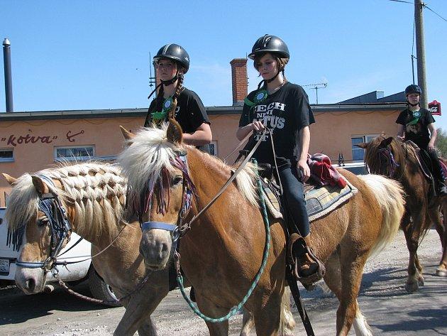 U přehrady v Bašce se v sobotu sešli milovníci koní, mezi nimi mnoho chovatelů haflingů. Osmý ročník vozatajské vyjížďky a koní v sedlech provázelo ideální počasí.