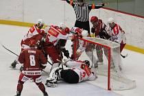 Hokejisté Frýdku-Místku (červené dresy) si v domácím prostředí vybojovali postup do finále skupiny Východ, když ve třech zápasech zdolali celek Poruby.