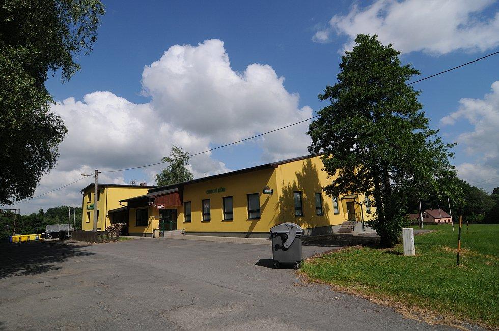 Hospoda U Splavu sousedící s budovou obecního úřadu.