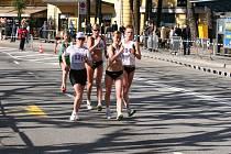 Ve švýcarském Luganu se Zuzaně Schindlerové daří. Loni si zde splnila limit na olympijské hry v Pekingu. Na snímku je Schindlerová ve vedoucí skupině zcela vpravo.