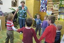Pedagogická pracovnice Alice Dužíková se snaží děti přimět ke spolupráci.