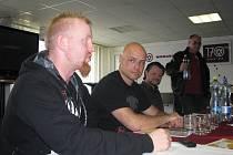 Martin Vaňka (vpředu) hovoří o aréně thajského boxu, která bude součástí oslav Hutnického dne. Vedle něj sedí organizátor celé akce Petr Šiška.