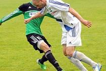 Frýdecko-místecký obránce Radek Coufal (v bílém) bojuje o míč s uničovským Alešem Krčem.