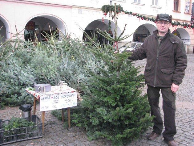 Česlav Vychodil při prodeji vánočních stromků na náměstí Svobody.