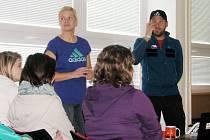 Horolezec Libor Uher ve čtvrtek besedoval s žáky frýdecko-místecké 6. základní školy.