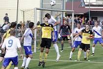 Fotbalisté Nových Sadů (ve žlutém) prohráli v poháru s Frýdkem-Místkem 0:1.