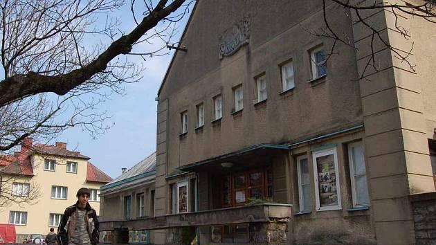 Stará budova kina má ustoupit novým bytům.