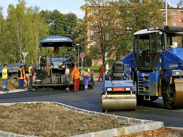 Pěkného počasí využívají pracovníci, aby položili nový asfaltový povrch na Lidické ulici v Třinci.