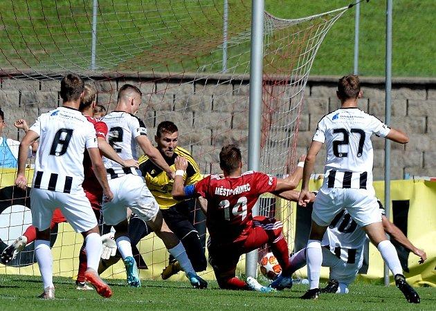 Třinečtí fotbalisté (včerveném) doma remizovali se silným Hradcem Králové 1:1.