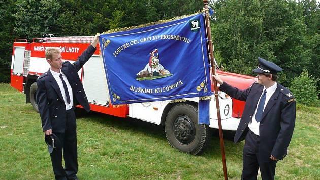 Sbor dobrovolných hasičů z Vyšních Lhot letos zažil požehnání svého praporu,
