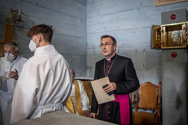 První bohoslužba v replice požárem zničeného dřevěného kostela Božího těla v Třinci-Gutech se konala v neděli 6. června 2021. Biskup Martin David.