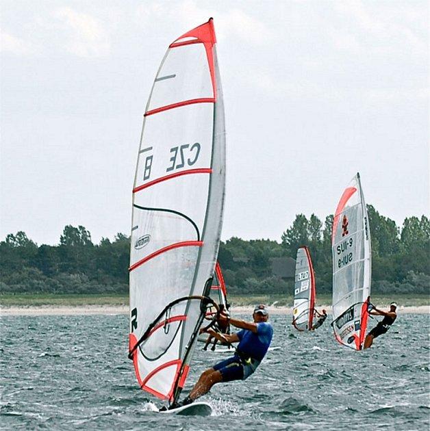 Palkovický windsurfista Luboš Mielec při závodech.