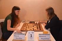 Karolína Pilsová (vlevo) je šachovou mistryní republiky.