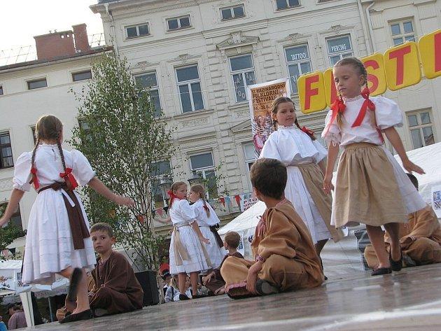 Soubor Ostravička při vystoupení na místeckém náměstí Svobody.