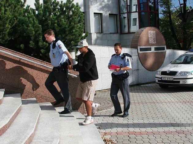 Třinečtí policisté ve čtvrtek dopoledne přivedli v poutech před soudce Okresního soudu ve Frýdku-Místku nebezpečného recidivistu.