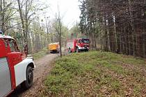 Pět jednotek hasičů zasahovalo v sobotu 23. dubna odpoledne u požáru lesního a travního porostu v obtížně přístupném a svažitém terénu v Nýdku na Frýdecko-Místecku.