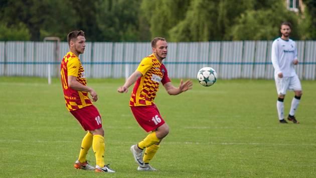 Fotbalisté Frýdlantu nad Ostravicí (žlutočervené dresy) se v neděli doma střetnou s Hranicemi.