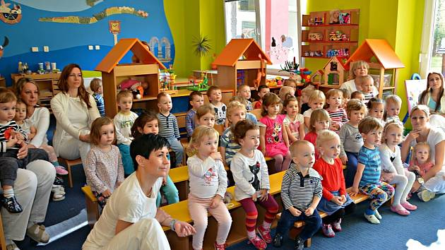 Kapacita jeslí je 54 míst k pravidelné denní docházce dětí od jednoho do tří let věku.