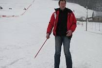 V areálu Opálená Pstruží upravovali v sobotu sjezdovku, aby v odpoledních hodinách mohli uspokojit lyžaře.