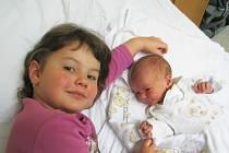 Mikuláš Garnac se sestrou Alicí, Frýdek-Místek, nar. 5. 11., 51 cm, 3,05 kg. Nemocnice Frýdek-Místek.