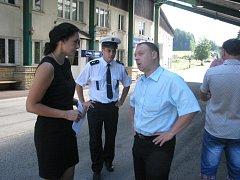 Řadu let čekají v Bukovci na to, až kamionům průjezd obcí jen tak neprojde. Na snímku z roku 2013 starostka Monika Czepczorová na hraničním přechodu debatuje se zástupci kraje a policistů.