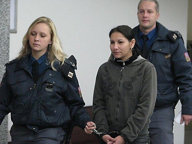 Eskorta přivádí Andreu Toráčovou k soudu. Za kuplířství dostala čtyři roky nepodmíněně.