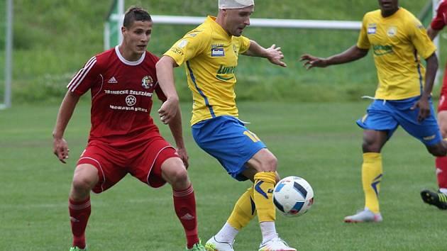 Zlínský záložník Sadner Puri (ve žlutém) se snaží krýt míč před třineckým obráncem Michalem Velnerem.