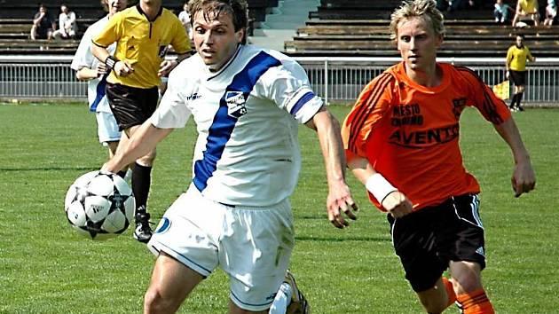 Kapitán frýdecko–místeckých fotbalistů Lubomír Němec (vlevo) uniká na ilustračním snímku soupeři.