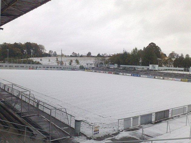 Fotbalové hřiště ve Stovkách pokryla den před utkáním se Slavičínem sněhová pokrývka. Zápas mezi druhým a třetím celkem MSFL se nakonec odložilo.