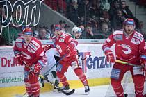 Oceláři (v červeném) uspěli na ledě Karlových Varů.
