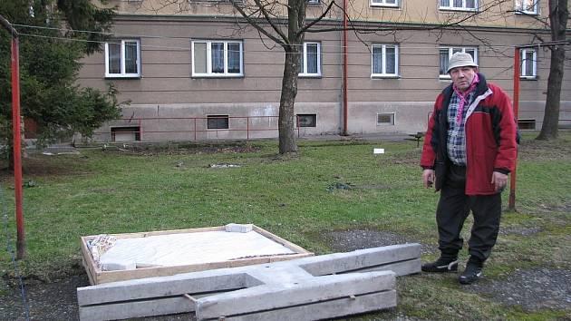Na instalaci čeká ping-pongový stůl, který sídliště obdrželo koncem roku 2012 jako sponzorský dar. Na snímku Michal Ujobaď, jeden z obyvatelů sídliště Spořilov.