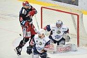Finále play off hokejové extraligy - 2. zápas: HC Oceláři Třinec vs. HC Kometa Brno, 15. dubna 2018 v Třinci. Marcinko Tomáš a Langhamer Marek.