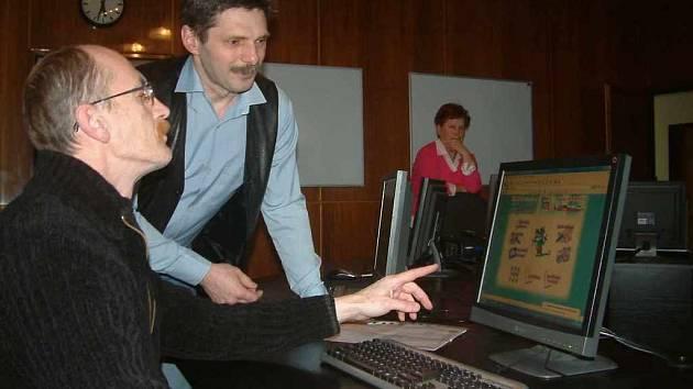 František Kotrč (vlevo) ukazuje lektorovi Petru Maslákovi stránky svého současného zaměstnavatele.