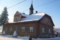 Bývalá škola v Bocanovicích je zachycená s charakteristickou věžičkou na střeše.