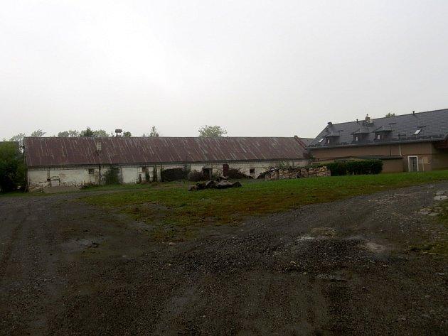 Komplex nevyužitých budov, které se rozprostírají na poměrně velké ploše v centru Hukvald, už léta chátrá. Východiskem ze současné situace by měla být smírčí dohoda mezi obcí a církví.
