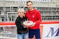 Wojtek Wolski dostal od svých příznivců dort.