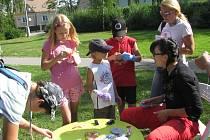 Na tomto stanovišti si děti vyzkoušely výrobu loutek. Uprostřed stojí sedmiletý Harley Shea, který na akci přišel s bratrem a maminkou.