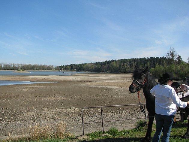 Vypuštěná přehrada v Bašce. Ilustrační foto.