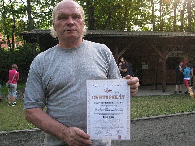 Starosta SDH Bruzovice Jiří Kočvara měl při letní slavnosti při ruce certifikát, který dokládá, že sbor se podílel na vytvoření unikátního rekordu.
