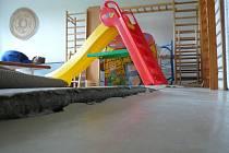 Snímek zachycuje nerovnost podlahy v oldřichovické školce. Objekt má problémy zejména se statikou.