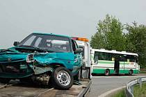 Poničený automobil, jehož řidič se střetl s autobusem, pak odvezli zaměstnanci odtahové služby.