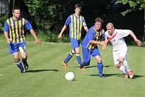 Utkání mezi Pržnem (tmavší dresy) a lískoveckým B týmem skončilo nakonec smírem 3:3.